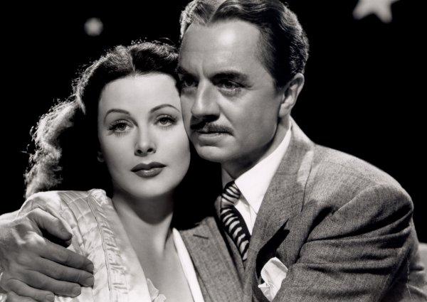 """En 1943, Hédy joue dans """"Le corps céleste"""" de Alexander HALL avec William POWELL... Vicky Whitley, dont le mari, Bill, est un astronome très occupé, va consulter Mrs Sybill, une célèbre astrologue. Celle-ci lui prédit la rencontre du grand amour. Vicky en parle à son époux, mais celui-ci, furieux, continue de la délaisser. Lloyd, un ancien journaliste, entre dans la vie de Vicky et la séduit. Ce """"concurent"""" fera réagir Bill, qui après quelques ruses avec la voyante et une tentative pour éloigner Lloyd, réussira à retrouver l'affection de sa femme... (affiche Américaine et photos du film)."""