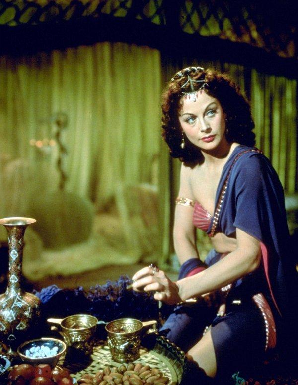"""C'est en 1949, qu'Hédy aux côtés de Victor MATURE révèle tout son charisme, dans ce superbe Péplum de Cécil B DeMILLE, """"Samson et Dalila""""... Samson, un juif d'une force herculéenne se bat pour l'indépendance de son peuple, alors sous le joug des Philistins. Mais Dalila, amoureuse éconduite de Samson le fait emprisonner après lui avoir coupé ses cheveux, source de sa puissance, qu'elle offre à ses ennemis. Samson devient alors leur esclave... (affiche Américaine et photos du film)."""