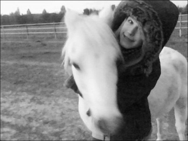 Le cheval est la projection des rêves que l'homme se fait de lui-même : fort, puissant, beau, magnifique. Il nous offre la possibilité d'échapper à la monotonie de notre condition.     LittleHorse♥ .