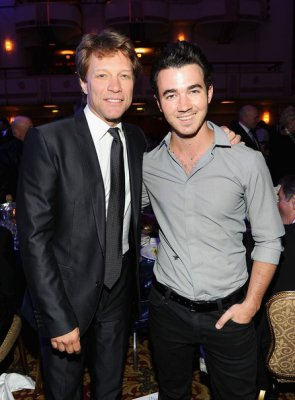 "02/06/11:Joe dans les rues de Los Angeles et 02/0611: Kevin au Gala ""Police Fondation"" (New York)"