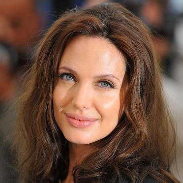 Angelina Jolie vous informe que° Etre belle et aimée PAR Brad Pitt , ce n'est pas être que femme.c est  Etre laide et savoir se faire aimer, c'est être une princesse.