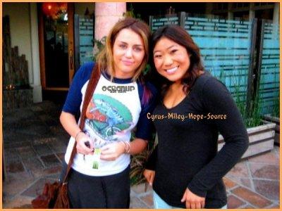 Miley faisant ses courses avec son ami Cheyne Thomas à Trader Joe's à Tolula Lake