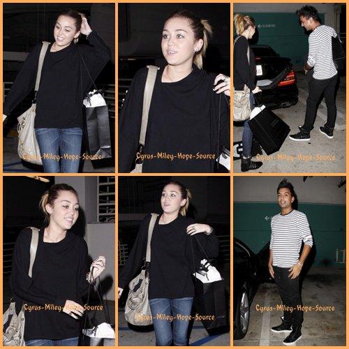 Miley a été vu le 02/11 faisant les boutiques avec son amiVijat MohindrachezBarney's