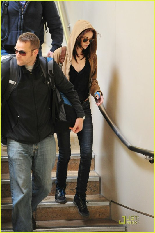 Kristen Stewart: Splint at LAX! FRI, 18 FEBRUARY 2011 AT 6:14 PM