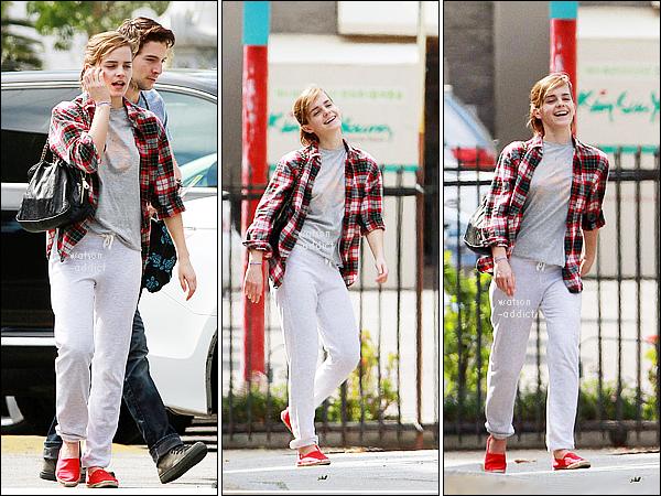 . Le 13 Mars, Emma a été vue dans les rues de Los Angeles avec son ami Roberto.Chemise à carreaux + jogging: un look américain très simple qui me plaît beaucoup, et vous?