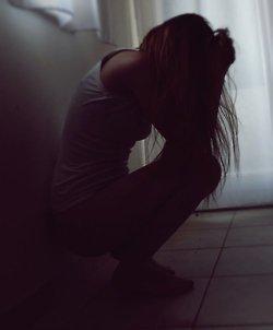 C'est drôlement dangereux de s'attacher à quelqu'un, c'est incroyable ce que ça peut faire mal. Rien que la peur de perdre l'autre est douloureuse. Sans nouvelles de lui tout s'écroulait autour de moi. C'est moche de guetter un signe de quelqu'un pour se sentir heureux.