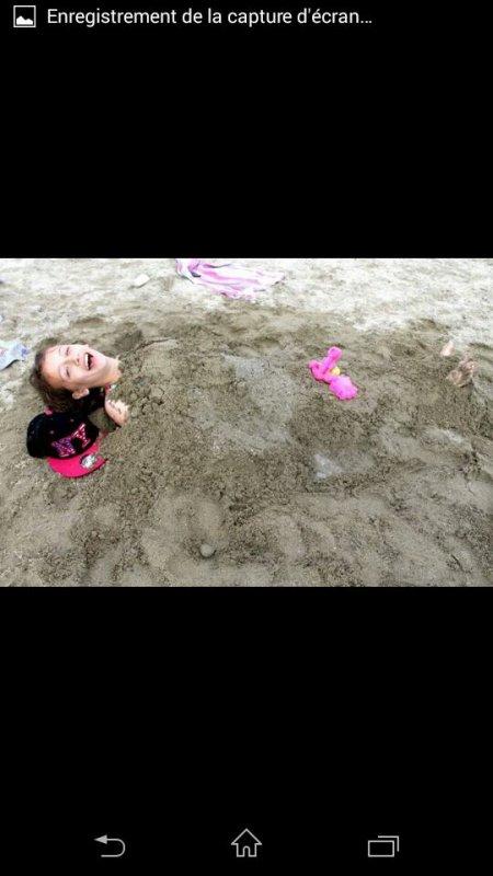 Ma fille enterrer dans le sable