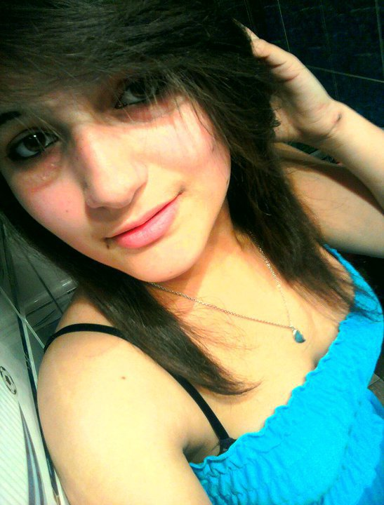 Prenom : Mélanie                    Origine : Portugaise                    Age:  17 ans