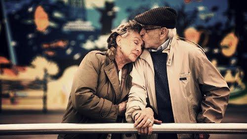 Jeunes : Comment se fait-il que vous êtes encore ensemble après tant d'années ? Eux : Nous somme nés à une époque ou quand quelque chose avait une petite fêlure on le réparait .. On ne s'en débarrassait pas.