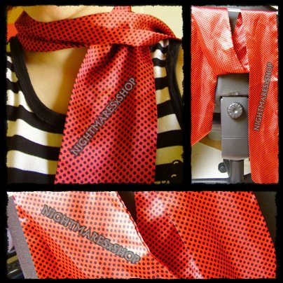 . Foulard rouge à pois noirs, style pin up . .