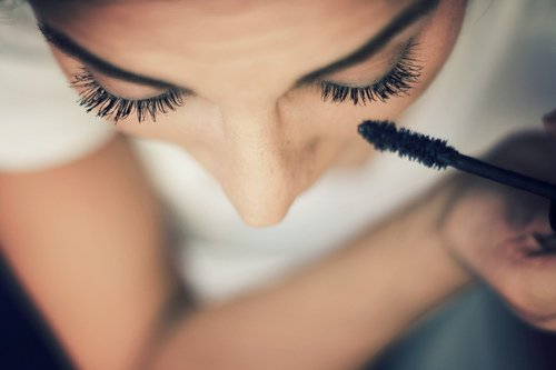 Appliquer son mascara pour avoir un regard qui en fera tombé plus d'un !