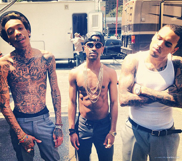"* Chris Brown, Big Sean & Wiz sur le tournage du clip de ""Til I Die"", single de l'album Fortune de Chris Brown. Snoop Dogg était aussi sur le plateau.  *"