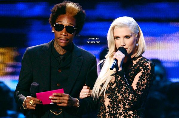 * VMA's 2012 Wiz Khalifa était présent à la cérémonie avec Amber Rose. Il a aussi présenté l'award du meilleur nouvel artiste aux côtés de Ke$ha ! *