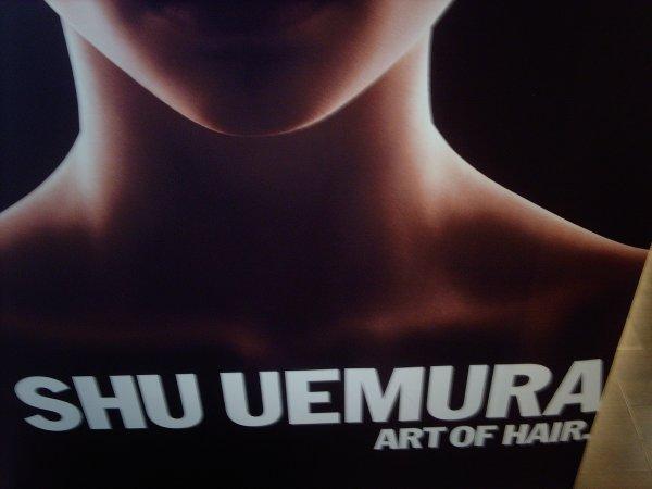 Il existe un autre monde , ce monde je l'ai decouvert grâve à ma patronne . Une ambiance zen , relaxante , calme . c'est le monde de Shu Uemura ...
