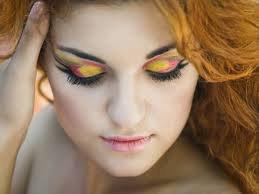 maquillage original de soirée rose jaune vert et bleu