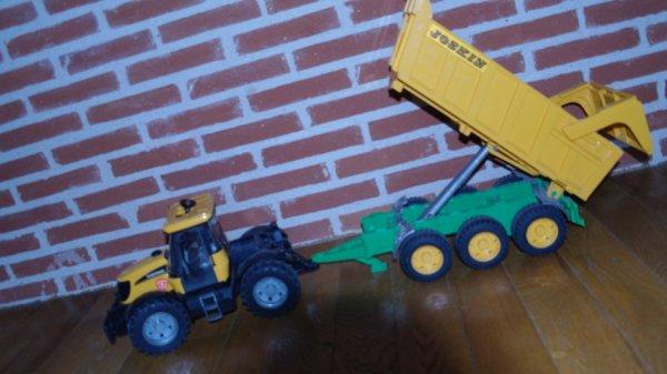 le tracteur vide la benne