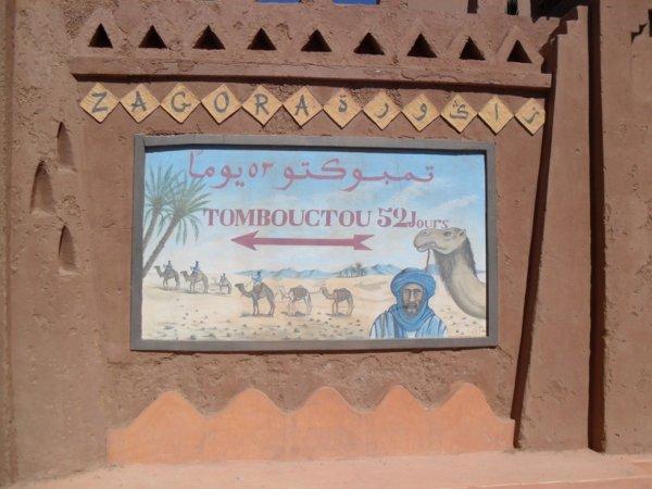 Tamgroute est située à 18 km au sud-est de Zagora au bord et presque à la fin de la plus importante palmeraie du Maroc et compte un bon millier d'habitants. La ville est un kasbah souterraine où les rues s'enchevêtrent, tout juste éclairés par des puits de lumière. La ville de Tamgroute possède une zawiya, c'est à dire un lieu saint abritant une confrérie religieuse. Elle a été fondée au XVII ème siècle et est le siège de la confrérie Naciri créée par l'iman Sidi Mohammed Ben Nacer, théologien, savant, médecin, … Il avait l'ambition d'en faire une Médina qui pourrait concurrencer Fès et Marrakech. Il fit donc venir des commerçants et des artisans dont 2 familles de potiers. A l'occasion de ses pélérinages à la Mecque, il rapporta  d'innombrables ouvrages et décida de créer une université qui eu jusqu'à 1500 étudiants. En 1707, la bibliothèque de Tamgroute comporte 4000 ouvrages (médécine, droit coranique, astronomie, littérature, …) et est l'une des plus importantes d'Afrique du Nord. Il y a en particulier des manuscrits du XIème siècle écrits sur des peaux de gazelle à la plume de roseau trempé dans du brou de noix.