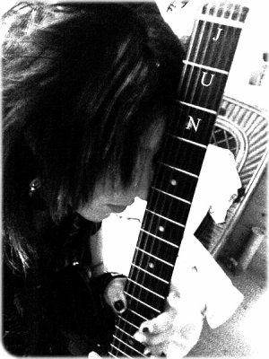 .  L'intérieur gravé de mes souvenirs La douleur qui ne disparaîtra pas  Et le rêve de la scène perdue qui se répète C'est douloureux, tu me manquesC'est comme si j'étais en train de me briser  Étreint mon coeur endommagé... .