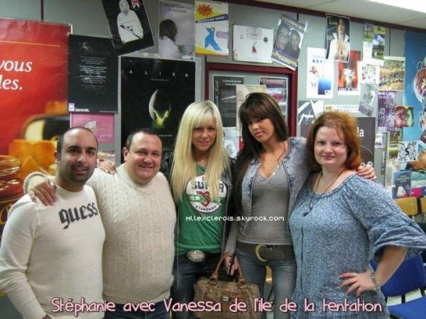 Stéphanie et Vanessa posent avec leurs fans