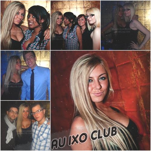 ‹ Stéphanie en soirée au Ixo Club avec des amies.