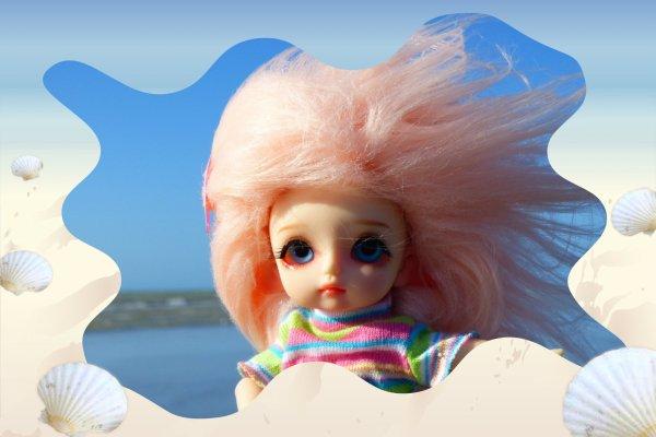 Les cheveux dans le vent .