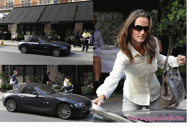 01/09/2011  Pippa partant de chez elle pour aller travailler