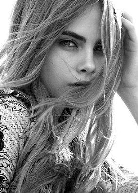 """""""N'oubliez pas que la terre se réjouit de sentir vos pieds nus et que les vents joueraient volontiers avec vos cheveux."""" -Khalil Gibran"""