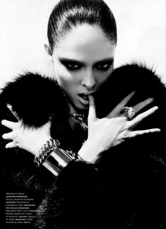 """""""La jalousie gouverne le monde. Sans elle, il n'y aurait ni amour, ni argent, ni société. Personne ne lèverait le petit doigt. Les jaloux sont le sel de la terre."""" -Frédéric Beigbeder"""