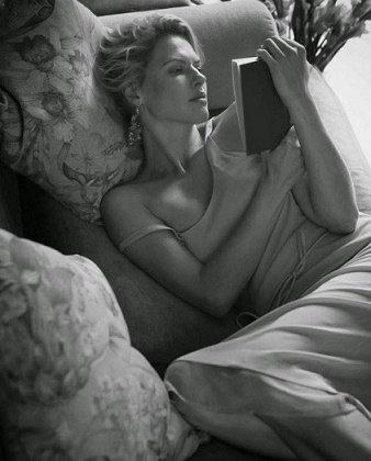 Il y a des personnes qui te lisent comme un livre ouvert, qui te ferment comme un livre lu, qui t'écrivent comme un livre blanc, qui perdent le signet, qui voulaient te lire, mais les émotions n'étaient pas en solde, qui t'ont déballé et placé sur une étagère, qui t'ont amené à la maison et mis dans la bibliothèque. Peut-être qu'un jour quelqu'un te lira sérieusement, de la couverture à la dernière page et te gardera avec lui comme le cadeau le plus précieux.  [Francesco P. Ettari]
