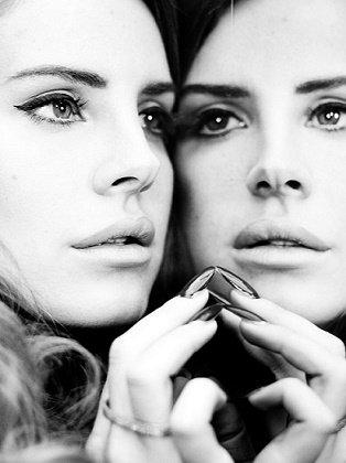 """""""La vie est comme un miroir. Si tu lui souris, elle te renvoie ton image."""" -Louis Nucera-"""