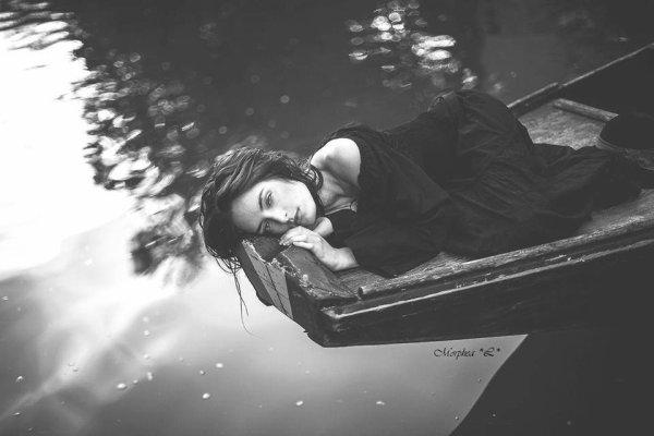 Si j'ai parlé  de mon amour, c'est à l'eau lente  qui m'écoute quand je me penche  Sur elle ; si j'ai parlé   De mon amour, c'est au vent   Qui rit et chuchote entre les branches ;   Si j'ai parlé de mon amour, c'est à l'oiseau   Qui passe et chante   Avec le vent ;   Si j'ai parlé  C'est à l'écho,     Si j'ai aimé de grand amour,  Triste ou joyeux,  Ce sont tes yeux ;  Si j'ai aimé de grand amour,  Ce fut ta bouche grave et douce,  Ce fut ta bouche ;  Si j'ai aimé de grand amour,  Ce furent ta chair tiède et tes mains fraîches,  Et c'est ton ombre que je cherche.
