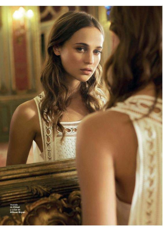 """""""Dans ce monde égoïste qui est le nôtre, on se demande parfois si on ne devrait pas se déguiser en miroir pour que les autres nous accordent un regard."""" -Philippe Geluck"""
