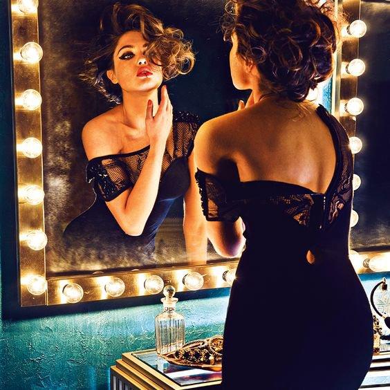 La jalousie ne permet jamais de voir les choses telles qu'elles sont. Les jaloux voient le réel à travers un miroir déformant qui grossit les détails insignifiants, transforme les nains en géants et les soupçons en vérité.-Miguel De Cervantes-