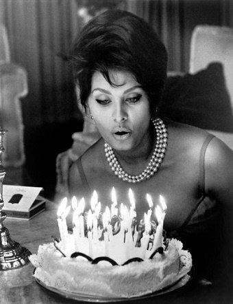 On commence à s' apercevoir que l' on vieillit quand le poids des bougies dépasse celui du gâteau. _ Bette Davis