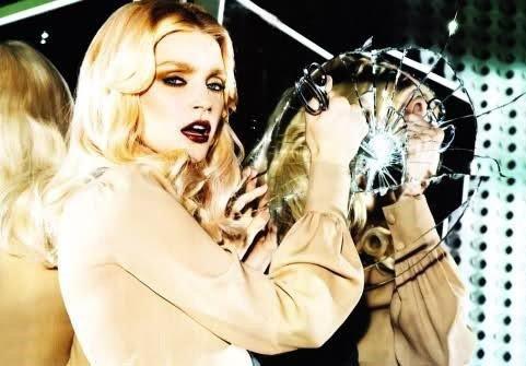 """""""Quand tu te regardes dans le miroir et que tu as envie de le casser, ce n'est pas le miroir qu'il faut briser, mais toi qu'il faut changer."""" - Anonyme."""