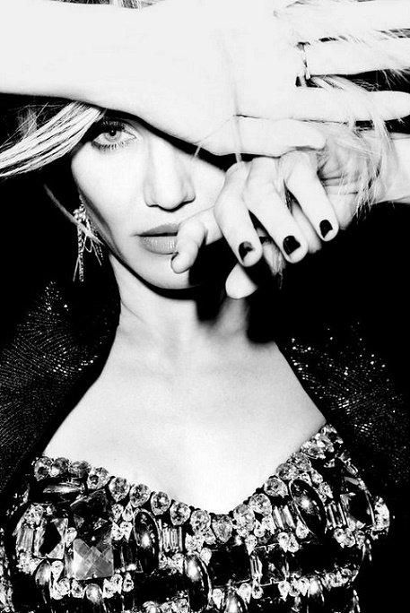 Tu trouveras, dans la joie ou dans la peine, Ma triste main pour soutenir la tienne, Mon triste coeur pour ecouter le tien.  _Alfred De Musset