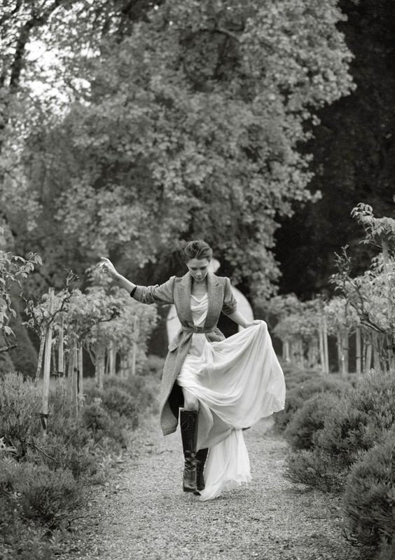 Les femmes prennent souvent le chemin de l' amitié dans l' espoir d' y rencontrer l' amour. _Anne Barratin