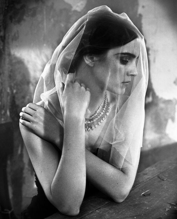 Quelques-uns d'entre vous disent, « La joie est plus grande que la tristesse », et d'autres disent, « Non, c'est la tristesse qui est la plus grande ». Mais je vous dis, elles sont inséparables. Elles viennent ensemble, et quand l'une est assise seule avec vous à votre table, n'oubliez pas que l'autre est endormie sur votre lit. _ Khalil Gibran