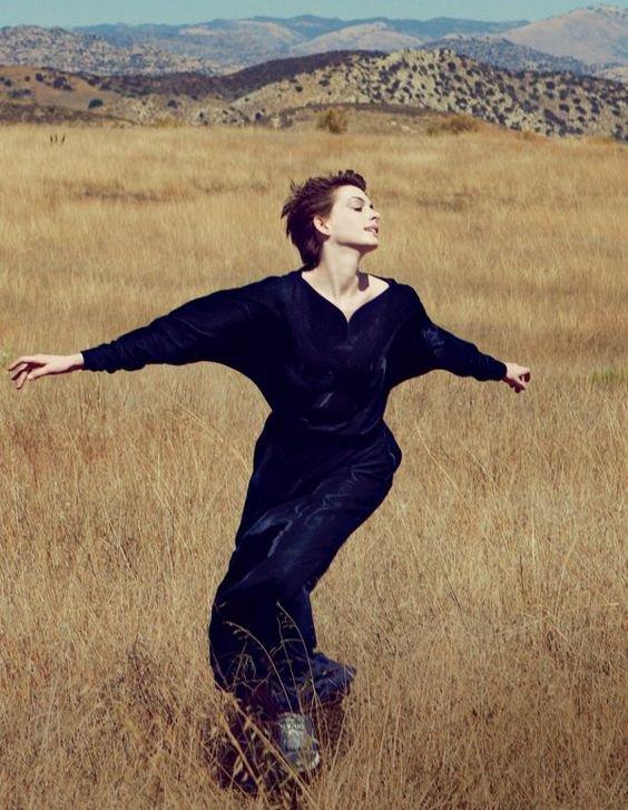 Je me sens toujours heureux, savez vous pourquoi? Parce que je n'attends rien de personne.Les attentes font toujours mal, la vie est courte.Aimez votre vie, soyez heureux, gardez le sourire et souvenez vous: Avant de parler, écoutez.Avant d'écrire, réfléchissez.Avant de prier, pardonnez.Avant de blesser, considérez l'autre.Avant de détester, aimez et avant de mourir, Vivez! _William Shakespeare