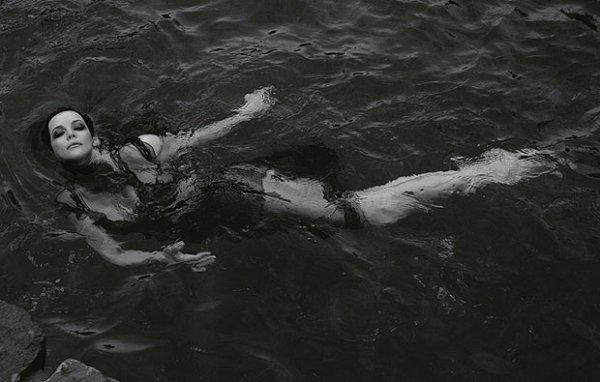 """""""Parfois je me dis que le c½ur des gens est comme un puits très profond. Personne n'en connaît le fond. Ce que tu peux en imaginer, c'est seulement d'après de qui flotte à la surface."""" ― Haruki Murakami"""
