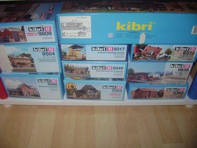 Achat Kibri 2 ; 1 églisse, 3 entrepos , 3 maisons , 4 gares , 1 poste d'aiguillage.