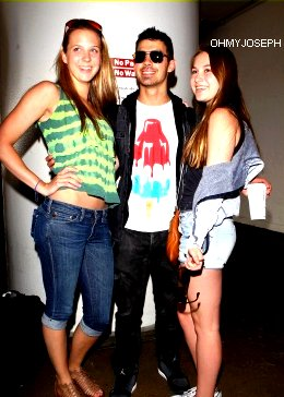 Ce 11/06/11, Joe a atterri à l'aéroport de Los Angeles + photo avec des fans