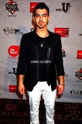 27/08/11, Joe a été dans le show de MTV qui a bénéficié de la Lifebeat à Hollywood