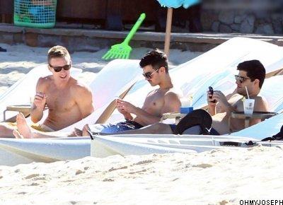27/11, Joe et sa moustache ont été vu dans une plage à Los Cabos au Mexique