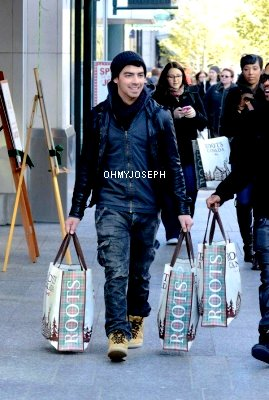 Le 01/12, Joe à été aperçu en train de faire du shopping à Toronto, au Canada