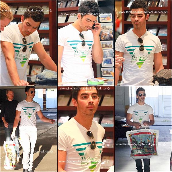 . 15/09/10 : Joe faisant des achats au American Rag, L.A. Semblant ne plus la porter, a-il a fait sauter sa bague?  .
