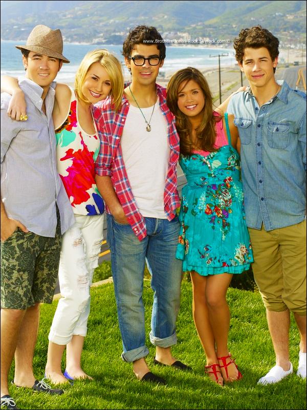 """.    . LA SAISON 3 DE JONAS L.A. A VIENT D'ETRE ANNULEE PAR DISNEY !  .    C'est officiel, JONAS L.A. ne sera pasde retour avec une troisième saison. Un  producteur de Disney Channel dit : """" Nous avons etaient chanceux de travailler avec les Jonas Brothers. Après deux saisons réussies, ainsi que les épisodes de la seconde saison. Les Jonas Brothers sont actuellement très occupés, avec leur tournée de +50 villes, mais aussi leur prochain travaille au studio avec Hollyood Record Disney (un nouvel album ...), Disney n'aura pas l'opportunité de faire une troisième saison. Mais nous éspèrons travailler avec eux à l'avenir. Es-tu déçu(e) ?!b-j-rock_Creditez Brothers-Jonas-Rock.skyrock si vous prennez l'info ! .      INFO : JONAS L.A. est prévu pour Janvier 2011 en France. ( sur Disney Channel France ) .   ."""