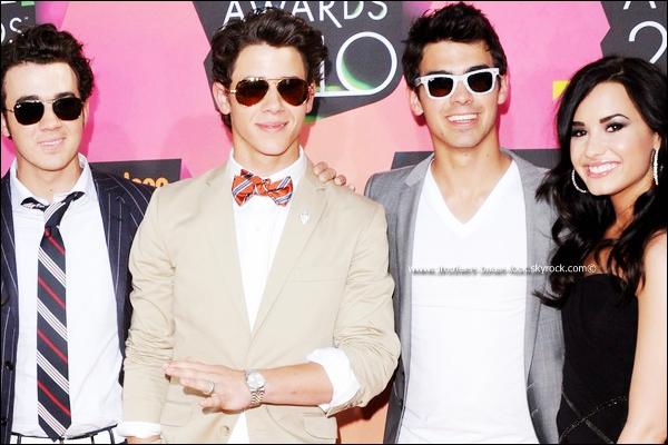 """. ____ Article pris sur Staragora.com   .       LES JONAS BROTHERS IGNORENT-ILS LEUR  AMIE DEMI LOVATO ?!   . Les Jonas Brothers ne se soucient guère de Demi Lovato, internée après avoir brutalement abandonné la tournée des 3 frères. Kevin avoue qu'ils n'ont aucune nouvelle de leur camarade. C'est beau l'amitié.Demi Lovato est internée dans un hôpital depuis sa crise de nerfs  sur la tournée des Jonas Brothers.D'ailleurs, ils n'ont même pas pris la peine d'aller lui rendre visite à la clinique où elle se fait traiter, dans la banlieue de Chicago.Ils ont d'autres chats à fouetter et ne s'en cachent pas. C'est d'ailleurs Kevin Jonas qui a lâché cette bombe lors d'une interview. Pas en ces termes, certes, mais sa réponse est sans appel. """"Moi ou mes frères n'avons pas de contact avec Demi Lovato depuis qu'elle est en cure"""". Pour rattraper le coup il ajoute : """"Mais bien sûr nous lui souhaitons un prompt rétablissement"""".Et pourquoi ne pas lui envoyer ne serai-ce qu'un texto ? Les Jonas Brothers ont-ils reçu la consigne de ne pas contacter Demi Lovato ou n'ont-ils tout simplement pas de c½ur ?   . (Alors qu'il ya quelques jours, un porte parole Disney aurait dit que Nick a rendu visite à Demi au centre.. Mais rien n'est sure à 100%..) . ."""