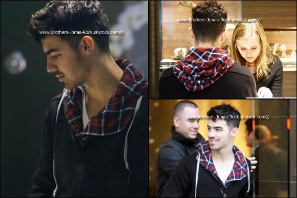 .  20/12/10 : C'est sous la pluie de L.A. que Joe a été faire des courses en campagnie d'un ami. Il en a meme profité pour mettre les pieds dans une bijouterie chic.  A-il pensé à maman Jonas ou à quelqu'un d'autre .. ;)   .