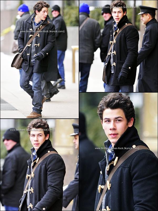 . 17/01/11 : Nick est actuellement à New York. Il a été vu marchant dans l'une de ses ruelles.  .